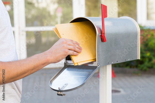 Cuadros en Lienzo Person Removing Letters From Mailbox