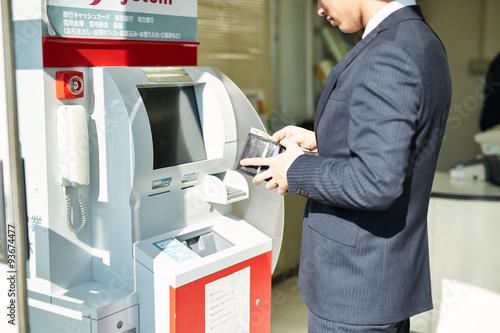 Fotografia, Obraz ATMを使うサラリーマン