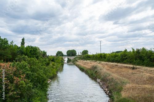 Paisaje de un canal de regadio en Palencia