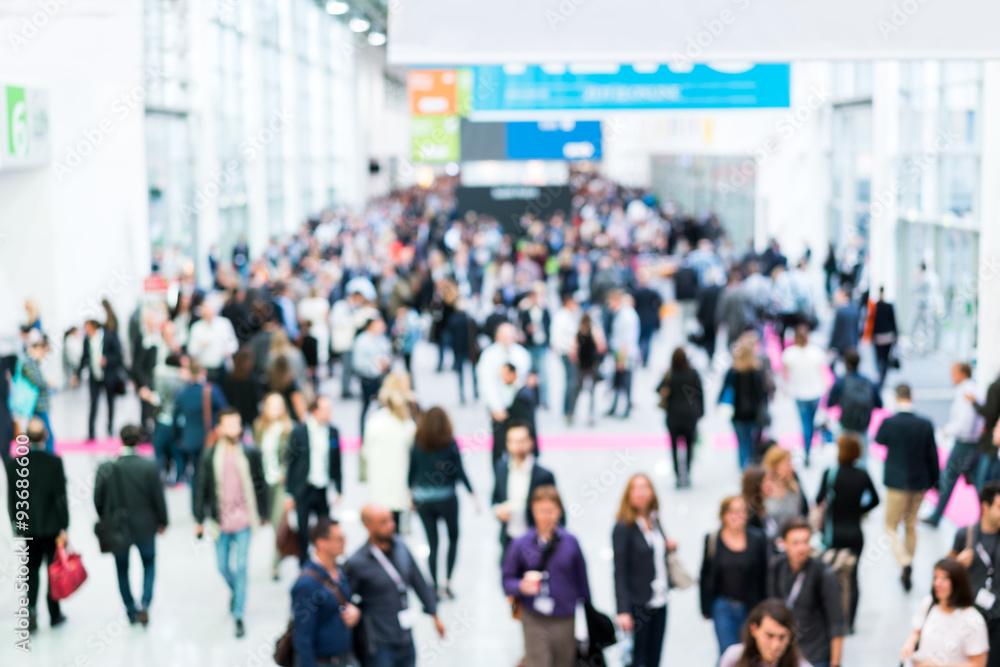 Fototapeta Blurred business people at a trade fair / Verschwommene Geschäftsleute auf einer Messe