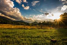 Colli Euganei, Le Colline Sullo Sfondo Con Il Sole In Controluce E Un Cielo Nuvoloso Dopo Una Tempesta