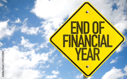 Fotografía  End of Financial Year sign with sky background
