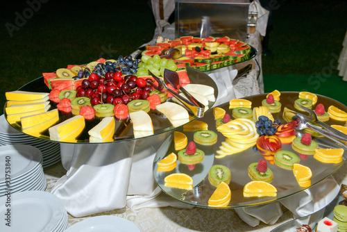 Buffet Di Dolci E Frutta : Buffet di dolci e frutta u kaufen sie dieses foto und finden sie