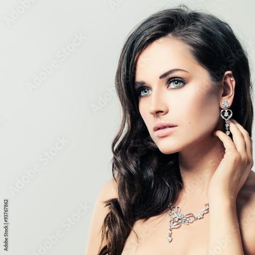 Fotografía  Mujer agradable con el collar del diamante de la joyería y los pendientes