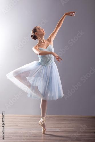 Fotografia  Młoda baletnica w balecie stanowią taniec klasyczny