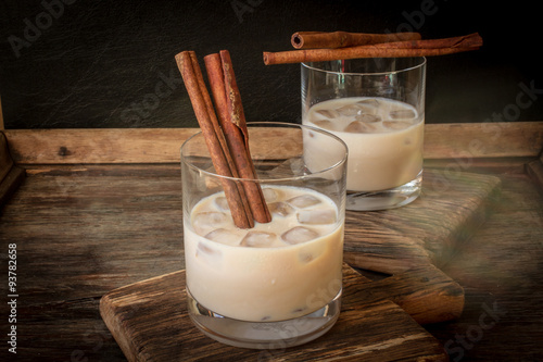 Irish cream liqueur in a glass with ice and cinnamon фототапет