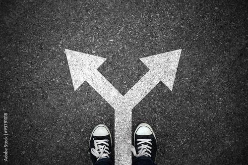 Cuadros en Lienzo  Caminar dirección en el asfalto