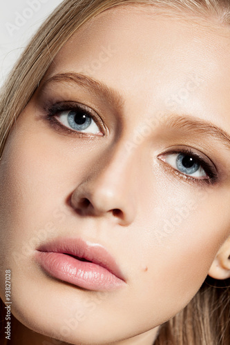 Close-up face of blond woman with evening make-up and long black eyelashes Canvas-taulu