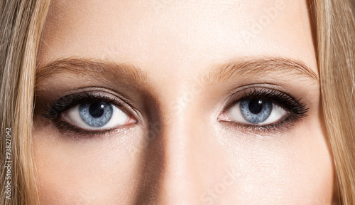 Eyes of the girl with an evening make-up and long black eyelashes Canvas-taulu