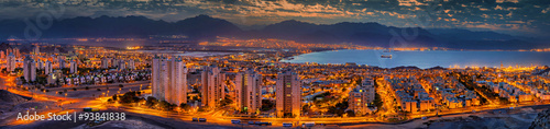 Foto op Plexiglas Barcelona Nocturnal panaramic view on Eilat (Israel) and Aqaba (Jordan) cities at the northern part of the Aqaba gulf, Red Sea