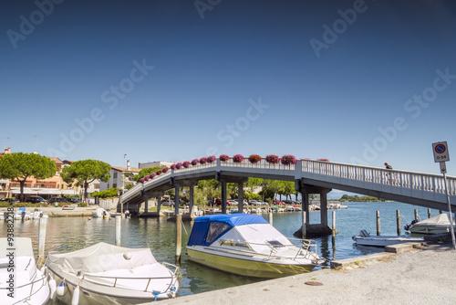 Foto auf AluDibond Stadt am Wasser Pedestrian bridge in Grado city center, Italy