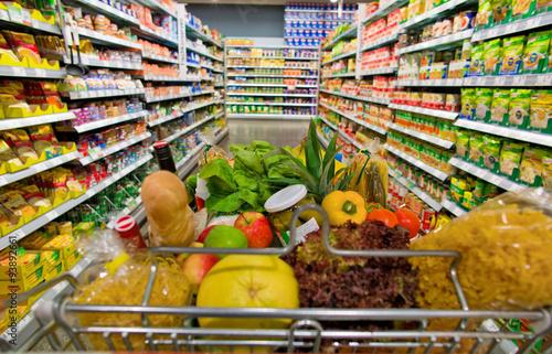 Fotografie, Obraz  Einkaufswagen in einem Supermarkt