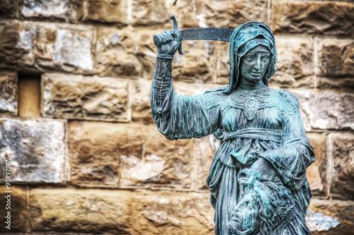 Photo  Giuditta and Oloferne bronze statue in Piazza della Signoria