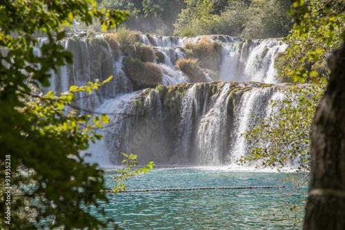 Fototapeten Forest river gigantisch azurblaue Wasserfälle und glasklares Türkises Wasser mit markanten Steinformationen