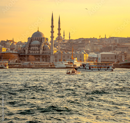 Photo  Cityscape of Istanbul at sunset with mosque.