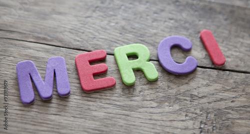Valokuva  mot merci en lettres colorées