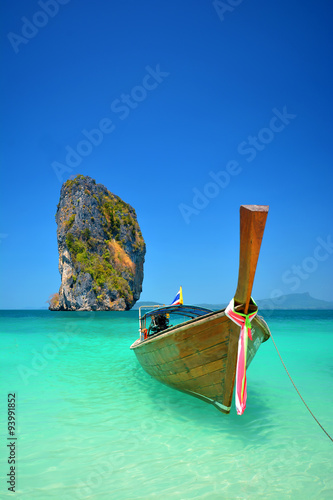 longtale-lodzie-przy-piekna-plaza-krabi-tajlandia