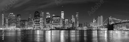 Poster Brooklyn Bridge Black and white New York City at night panoramic picture, USA.