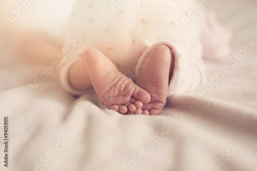 Fototapeta raggi del sole sui piedini di un neonato obraz
