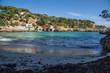 paradiesische kleine Bucht mit glasklarem türkisen Wasser und puderweißem Sand