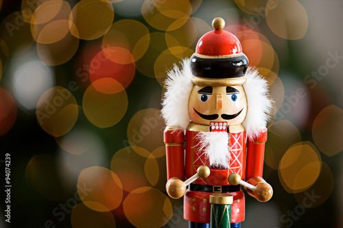 Fotografía Christmas: Traditional Wooden Nutcracker With Tree Behind
