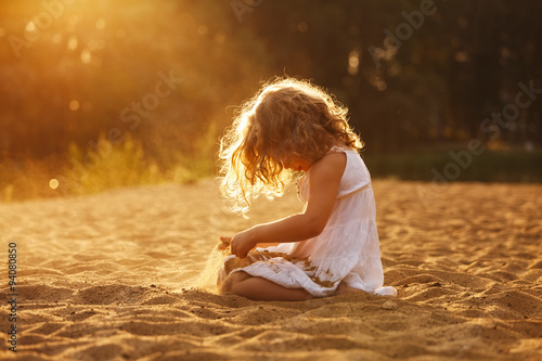 Photo  Happy girl playing in the sand