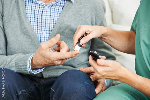 Fotografía  Blutzuckermessung bei Patient mit Diabetes