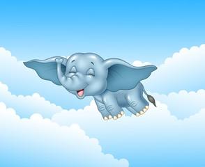 Słodkie dziecko słoń latający na tle chmur