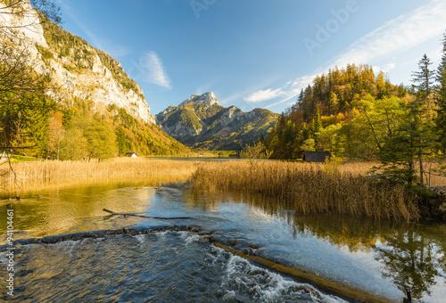 krajobraz-z-forset-jeziorem-w-jesieni