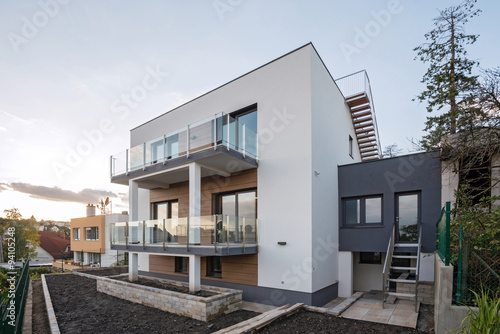 Foto  Contemporary house exterior with sunset in the background