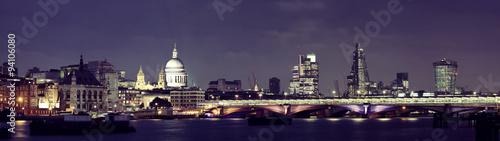 oswietlony-londyn-w-ciemna-noc