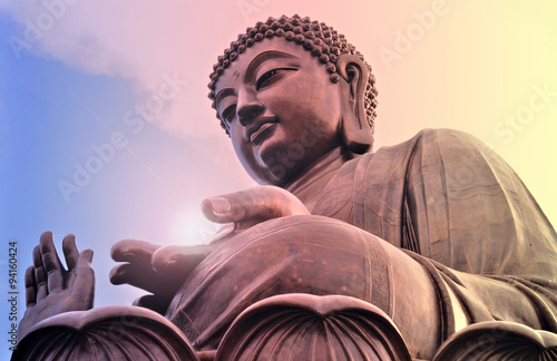 Photo  Buddha statue at Po Lin monastery. Hong Kong. Bright light.