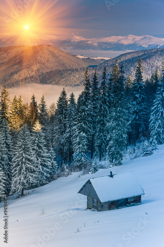 Foto-Kuscheldecke premium - Colorful winter morning in the mountains at sunrise. View of the old farm. (von vovik_mar)