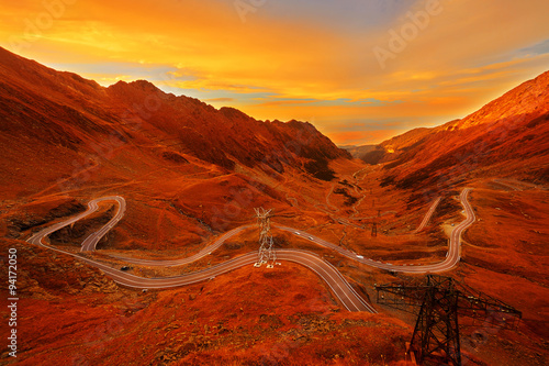 Montage in der Fensternische Violett rot Mountain Road in Autumn Sunset Colors