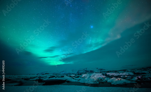 Photo  auroral display over the glacier lagoon Jokulsarlon in Iceland.