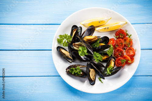 Poster Coquillage Cooked mussels with lemon and cherry tomatoes