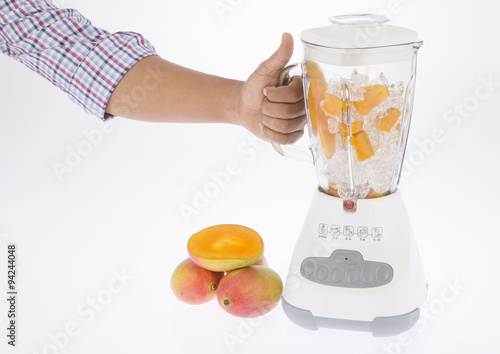 Stampe  Licuadora, con fruta y jugo sobre fondo blanco.