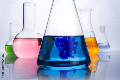 Fotografia  chemistry laboratory equipment and blue drop