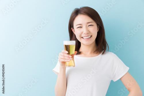 Fotografía  ビールを飲む女性