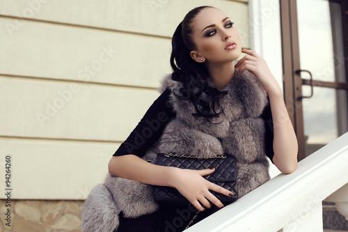 Photo  gorgeous woman with long dark hair wears luxurious fur coat
