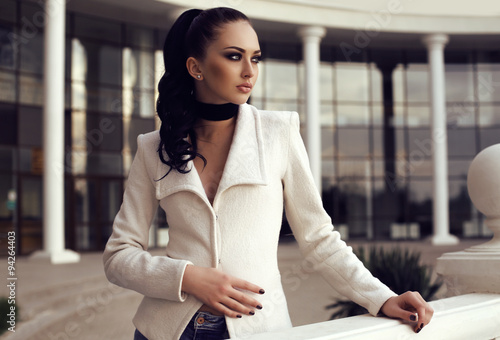 Photo  gorgeous woman with long dark hair wears elegant clothes