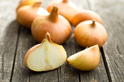 Fotografia halved fresh onion on wooden table