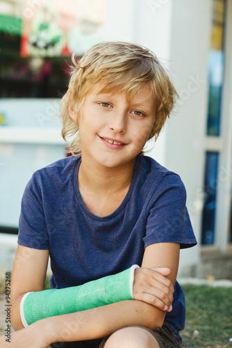 Fotografía  boy with cast on right hand