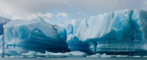 In de dag Gletsjers Icebergs in the water, the glacier Perito Moreno. Argentina. An excellent illustration.
