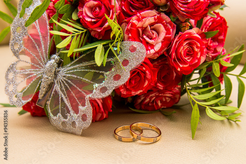 Fotografie, Tablou  Two wedding rings, red roses. Arsenie butterfly.