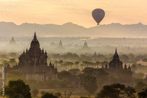 Photo  Balloon and pagodas in Bagan