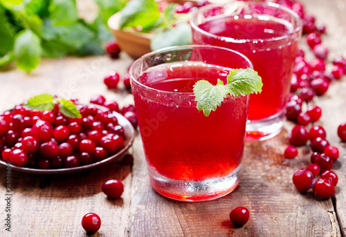 Fotografia  glass of cranberry juice with fresh berries