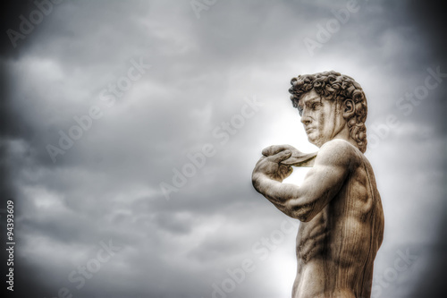 Fotografía  Michelangelo's David under an overcast sky