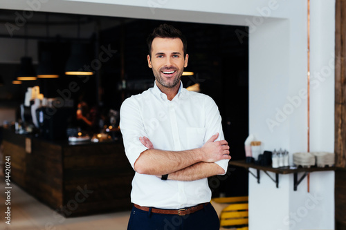 Fotografía  Successful restaurant manager standing with crossed arms
