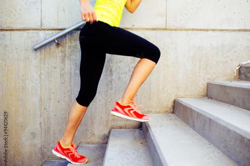 Fotografia  Kobieta podbiegł po schodach